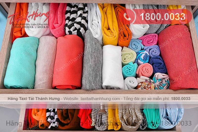 Cuộn tròn quần áo, chăn ga sẽ giúp bạn tủ quần áo trở nên gọn gàng