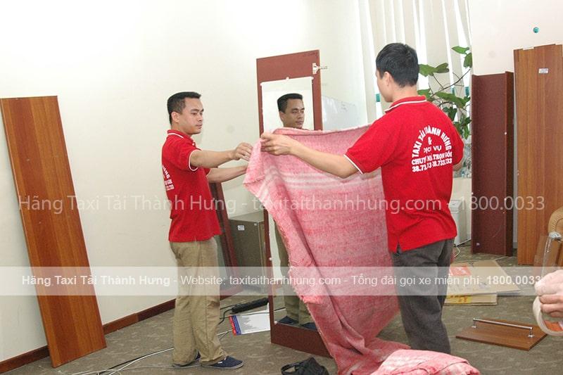 Sử dụng chăn dạ, hoặc các miếng vải để bọc đồ sẽ giúp đồ đạc không bị trầy xước