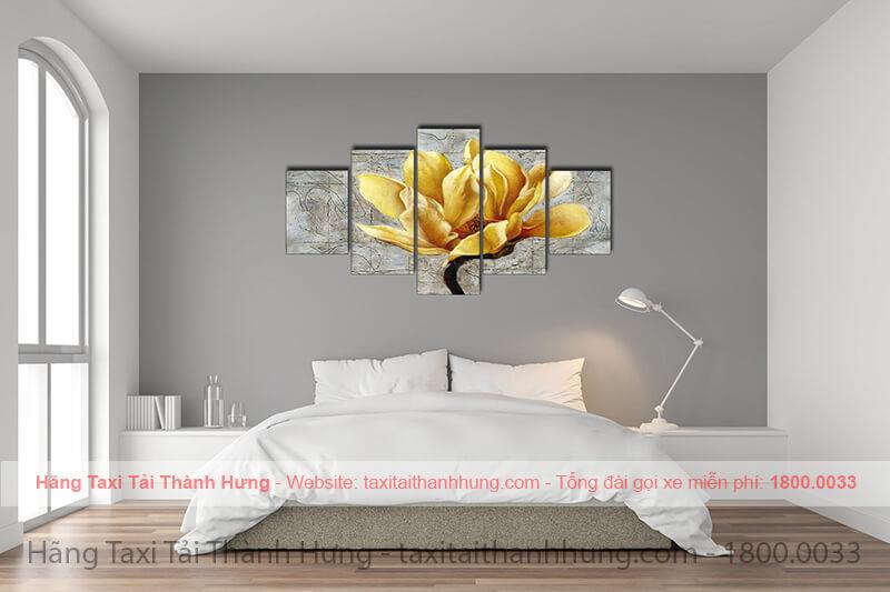 Tranh treo phòng ngủ cho người mệnh kim: hoa lá